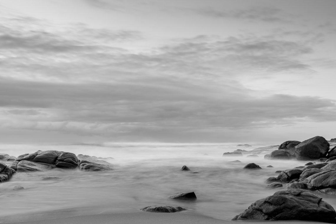 Zdjęcie przedstawiające szare morze spowite mgłą.
